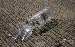 800px-2008-03-09_Broken_glass_bottle