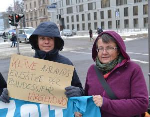 """Christine Buchholz und Kathrin Vogler """"Keine Bundeswehreinsätze. Nirgendwo."""" Fotograf: Uwe Hiksch, CC-Lizenz"""