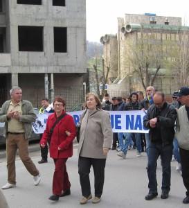 Inge Höger (2.v.l.) bei einer Demonstration zum Gebäude der Kantonalversammlung in Tuzla im März. Die Kantonalregierung war durch die Proteste gestürzt worden