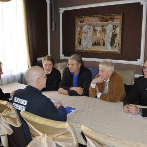Die Delegation beim Treffen mit OSZE Beobachtern. Auf dem Bild: Julius Zukowski-Krebs, Andrej Hunko und Wolfgang Gherke.