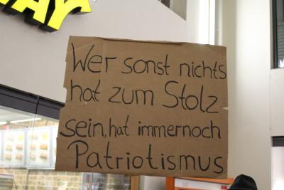 Bis in den Bahnhof Köln Messe/Deutz hinein drängen sich die Gegendemonstranten. Man kommt nicht mehr zum Platz der Gegendemo.