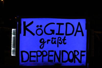Aufwendig leuchtend versuchte die kleine Kögida-Veranstaltung, trotz der riesigen Gegendemonstrationen, auf sich aufmerksam zu machen.