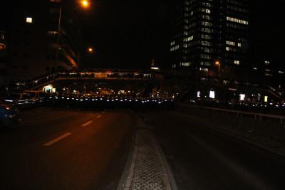 Mit einem massiven Aufgebot an Polizei, vor allem an der Fußgängerüberführung, wurde versucht, die Gegendemonstranten von der geplanten Route Kögidas fern zu halten.