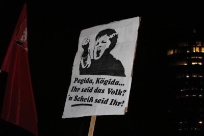 """Ein Plakat auf der Demo gegen den Pegida-Ableger """"Kögida"""" in Köln."""