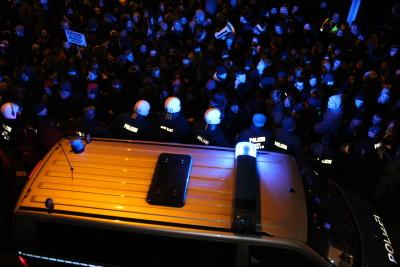Die Polizei hatte teilweise Probleme, durch die Massen an Gegendemonstranten zu kommen.