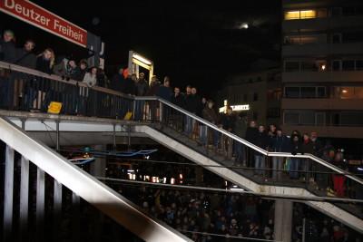 Die Fußgängerüberführung war so überfüllt, dass die Polizei dazu aufrief, die Brücke zu verlassen.