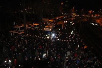 Das Polizeiaufgebot konzentrierte sich immer mehr auf die Fußgängerbrücke und deren Umgebung.