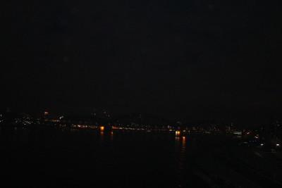 Ein ungewohnter Anblick: Die unbeleuchtete Kölner Skyline.