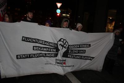 Die meisten Banner prangerten die Asylpolitik in Deutschland an.