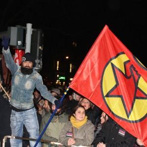 Eine Flagge der PKK auf der Gegendemo am Hauptbahnhof.