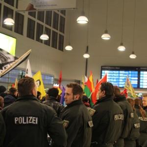 Das Flaggenmeer wurde von Polizisten begleitet.