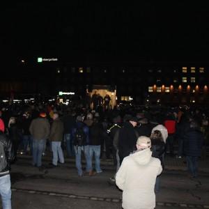 Um die 500 Leute waren bei Dugida, rund 80 Meter von der Gegendemonstration am Hauptbahnhof entfernt.