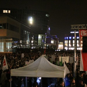 Bis zu 2000 Demonstranten versammelten sich bei der Gegendemonstration der DGB, die mit Musik und Redebeiträgen zeigte, dass es keinen Platz für Pegida in Duisburg gibt.