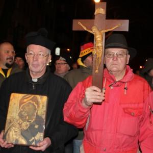 Auf der Dugida-Demo: Ein Priester aus dem Bistum Münster, der sich über das verdunkeln des Kölner Doms während der Kögida-Demo aufregte. Ihm wurde die Pregditbefugnis entzogen.