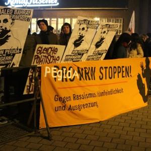 Transparente gegen Pegida und gegen Rassismus im allgemeinen säumten die Absperrungen am Duisburger Hauptbahnhof.