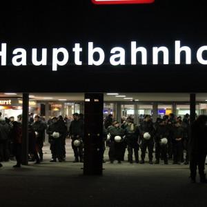 Ein massives Polizeiaufgebot in und um den Hauptbahnhof in Duisburg sorgte dafür, dass es weitestgehend friedlich blieb....