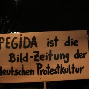 Ein Schild auf der Demo gegen Pegida am Duisburger Hauptbahnhof.