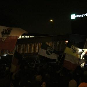 Rechte Hooligans hatten Fahnen mit ihren Wappen dabei.