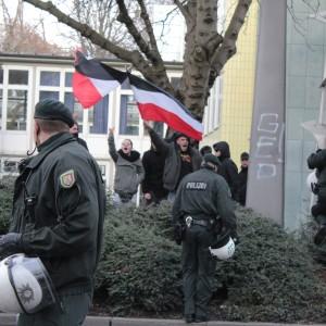 Ein paar Neo-Nazis hatten auf der gegenüberliegenden Straßenseite mit schwarz-weiß-roten Fahnen Stellung bezogen.
