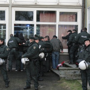 Sie wurden jedoch nach wenigen Sekunden von der Polizei abgeführt und durchsucht.