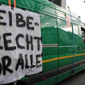 """""""Bleiberecht für alle"""" steht auf dem Demo-Wagen."""