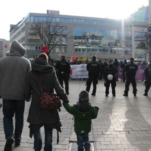 """In der Innenstadt fand die Abschlusskundgebung statt. Für Passanten war die Thematik """"Asyl"""" somit unübersehbar."""