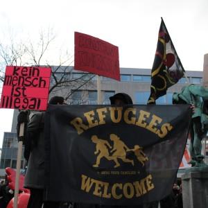 Transparente und Schilder auf der Abschlusskundgebung in der Dortmunder Innenstadt.