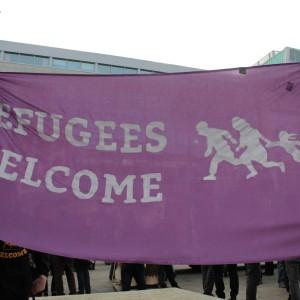 """Das Banner """"Refugees welcome"""" bei der Abschlusskundgebung."""
