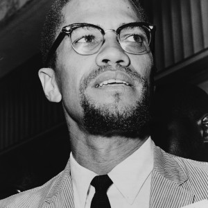 Malcolm X  am Queens Court http://upload.wikimedia.org/wikipedia/commons/d/d7/Malcolm_X_NYWTS_4.jpg Autor: Davepape CC BY-SA 3.0-Lizenz