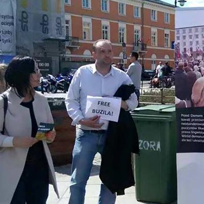 Ein Free Buzila Blatt auf einer 2. Mai Kundgebung in Warschau Foto: Oleg Bondarenko