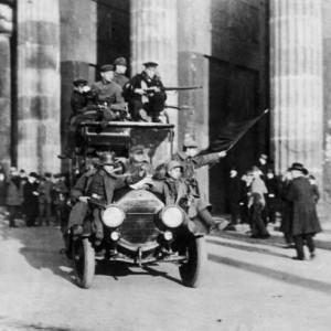 151109_Bundesarchiv_Bild_183-B0527-0001-810_Berlin_Brandenburger_Tor_Novemberrevolution