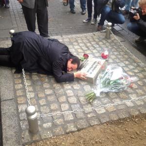 Elif Kubasik bricht am Denkmal ihres ermordeten Ehemannes  zusammen. Foto: Jimmy Bulanik