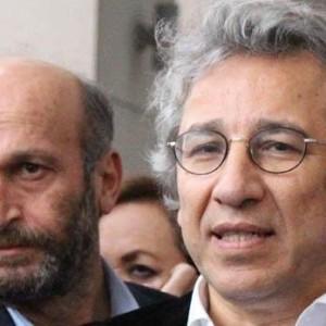 Wieder in Freiheit: Cumhuriyet-Leiter Can Dündar und Erdem Gül (Hintergrund), Foto: change.org