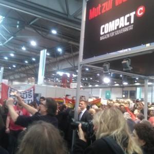 Demonstration vor dem Compactstand auf der Leipziger Buchmesse, Foto: Felix Jaschik.