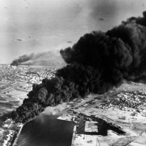 Brennende Öltanks in Port Said, von Fleet Air Arm official photographer, gemeinfrei, via Wikimedia Commons.