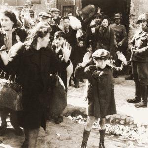 Abtransport von Frauen und Kindern in die Vernichtungslager nach der Niederschlagung des Aufstands – Foto mit Josef Blösche (rechts mit MP im Anschlag), Mai 1943