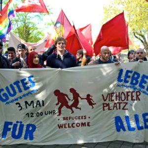 Studentinnen und Studenten der Universität Duisburg - Essen mit einem farbenfrohen TransparentFoto: Jimmy Bulanik