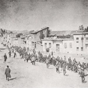 Foto eines anonymen deutschen Reisenden: Armenier werden im April 1915 von osmanischen Soldaten aus Kharpert (türkisch: Harput) in ein Gefangenenlager im nahen Mezireh geführt.