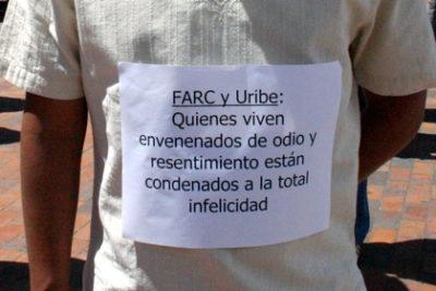 """""""FARC und Uribe: Jene, die von Hass und Groll vergiftet leben, sind verdammt zu totaler Unglückseligkeit"""". Foto: equinoXio, licensed under CC BY 2.0, 5jul-uribe-farc-cartel, via flickr.com"""
