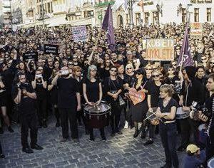 Mitglieder der linken Razem Partei demonstrieren in Warschau für das Recht der Frauen auf Abtreibung.(Razem Warschau)