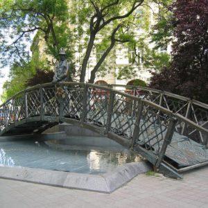 Die Brücke mit Imre Nagy war ein Denkmal, dass in der Nähe des ungarischen Parlaments in Budapest stand. Die Statue des Antistalinisten wurde durch die Fidesz Partei abmontiert.